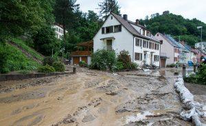 Schlammbedeckt ist am 14.06.2016 in Waldkirch (Baden-Württemberg) eine Straße. Nach einem Erdrutsch liegen rund 30 Zentimeter Schlamm auf der Straße. Vier Häuser mussten evakuiert werden. Foto: Patrick Seeger/dpa | Verwendung weltweit